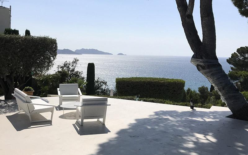 Terrasse en pierre naturelle avec vue sur la mer
