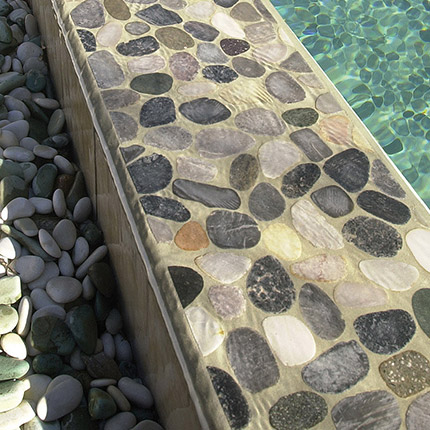 Bordure de piscine ornée de pierres