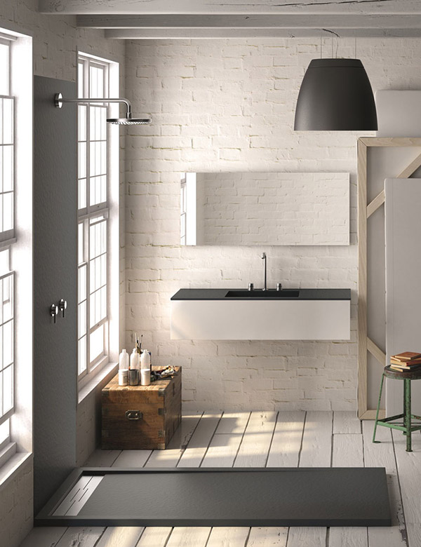 Salle de bain avec douche murale